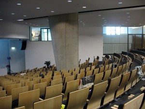 Ein Hörsaal für ca. 450 Zuhörer mit modernster Tagungstechnik